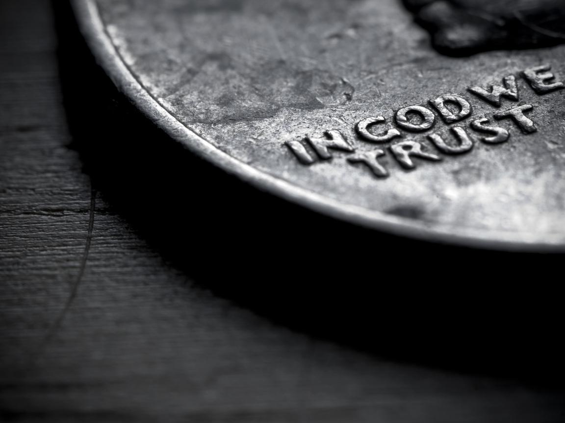 черная иностранная монетка